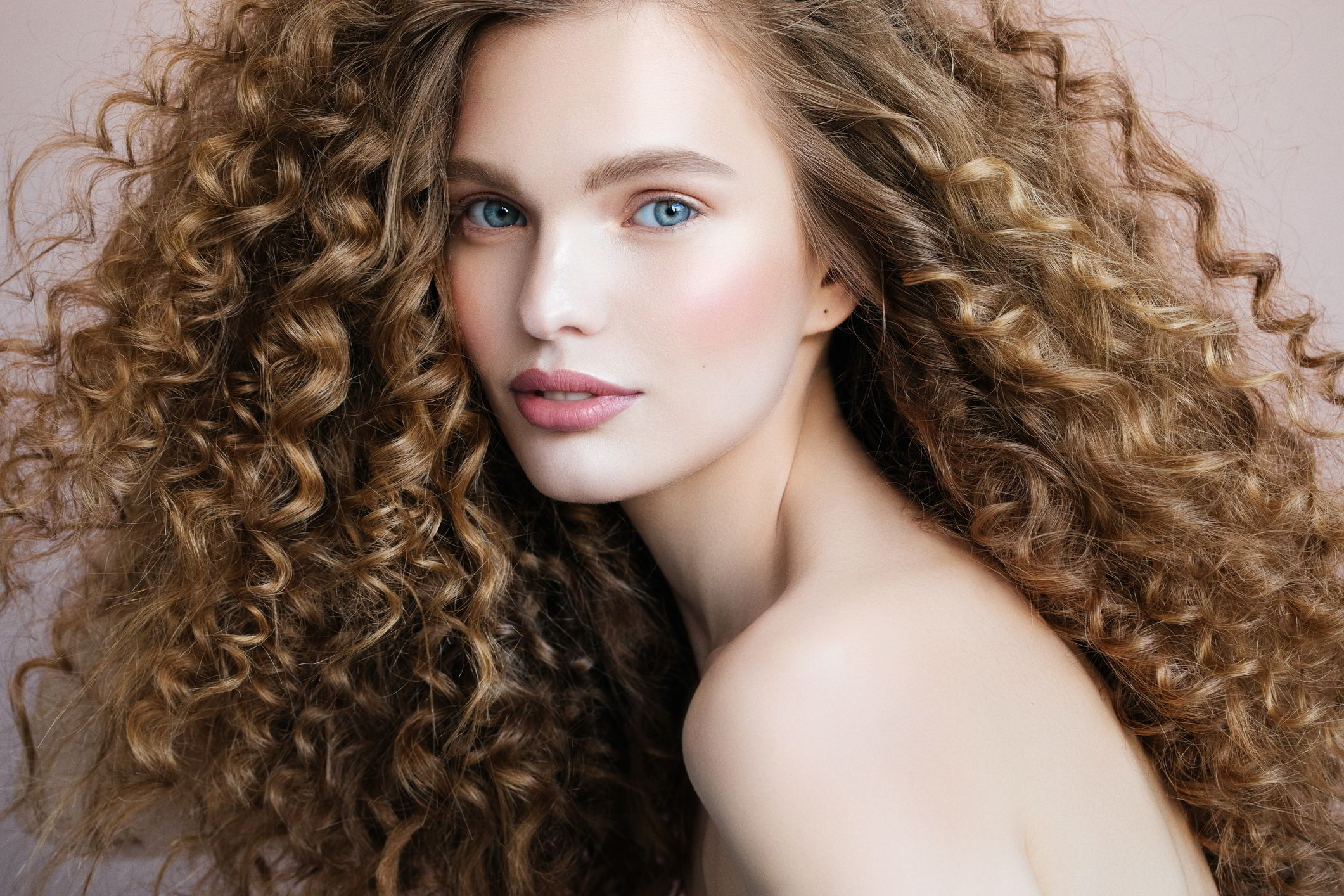 Модные прически кудрявых волос 2020 фото