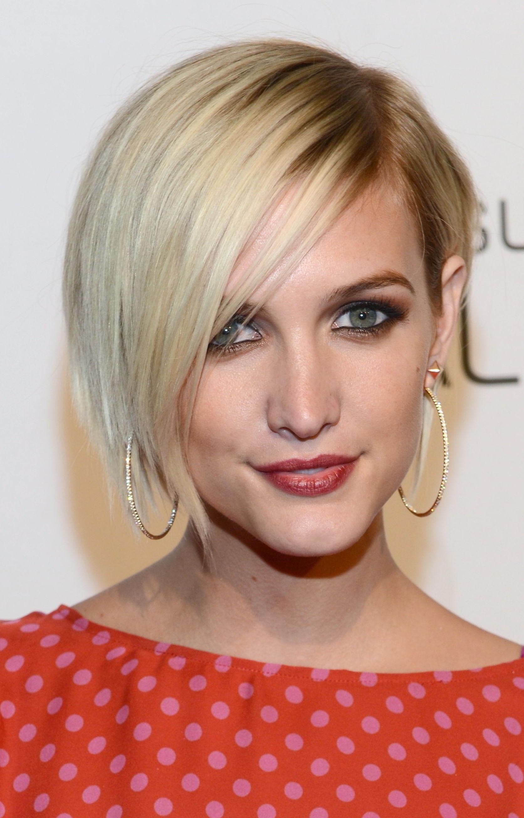 Модная асимметричная прическа блондинок 2020