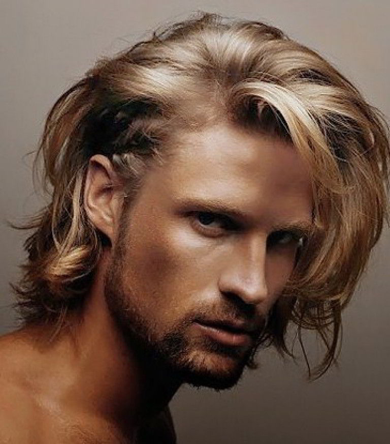 Модная мужская стрижка на длинные волосы в стиле гранж 2020